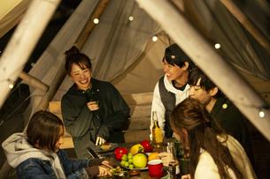 屋外でのディナーを楽しむ20代男女の写真素材 [FYI04297161]