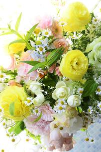 春の花のフラワーアレンジメントの写真素材 [FYI04297203]