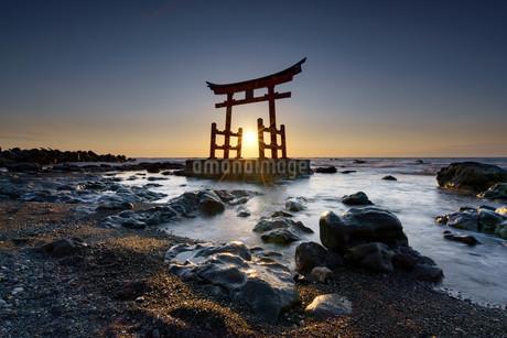 北海道 初山別 神社 金比羅神社 鳥居 海 海岸 の写真素材 [FYI04297204]