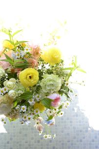 春の花のフラワーアレンジメントの写真素材 [FYI04297205]