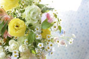 春の花のフラワーアレンジメントの写真素材 [FYI04297206]