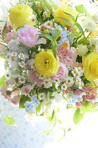 春の花のフラワーアレンジメントの写真素材 [FYI04297219]