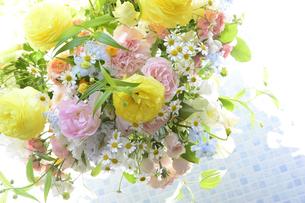 春の花のフラワーアレンジメントの写真素材 [FYI04297222]
