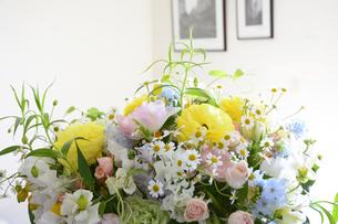 リビングに飾られた花束の写真素材 [FYI04297224]
