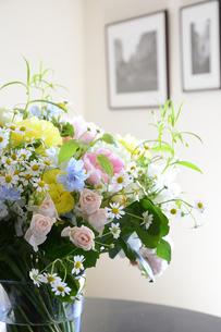 リビングに飾られた花束の写真素材 [FYI04297226]