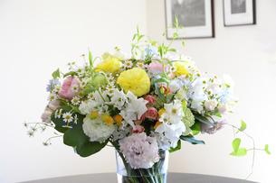 リビングに飾られた花束の写真素材 [FYI04297229]