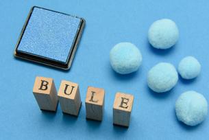 blue アルファベットスタンプをならべて単語にした素材の写真素材 [FYI04297235]