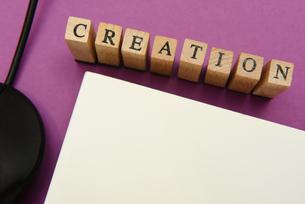 creation アルファベットスタンプをならべて単語にした素材の写真素材 [FYI04297255]