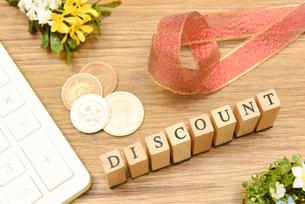 discount アルファベットスタンプをならべて単語にした素材の写真素材 [FYI04297271]