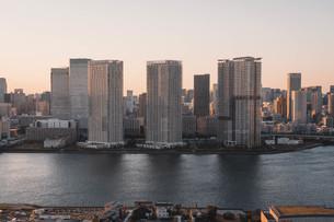 夕暮れの東京湾岸エリアの写真素材 [FYI04297276]
