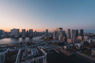 夕暮れの東京湾岸エリアの写真素材 [FYI04297281]