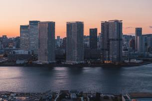 夕暮れの東京湾岸エリアの写真素材 [FYI04297282]