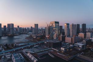 夕暮れの東京湾岸エリアの写真素材 [FYI04297283]