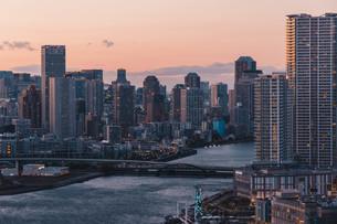 夕暮れの東京湾岸エリアの写真素材 [FYI04297285]
