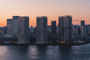 夕暮れの東京湾岸エリアの写真素材 [FYI04297286]