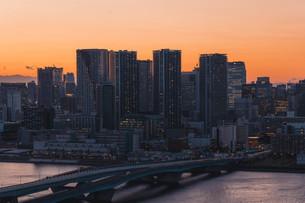 夕暮れの東京湾岸エリアの写真素材 [FYI04297290]