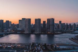 夕暮れの東京湾岸エリアの写真素材 [FYI04297292]