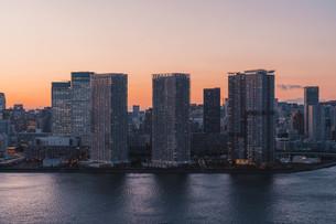 夕暮れの東京湾岸エリアの写真素材 [FYI04297293]
