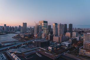 夕暮れの東京湾岸エリアの写真素材 [FYI04297294]