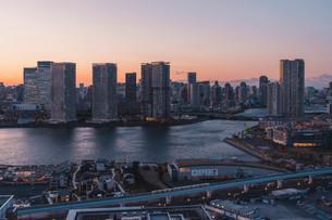 夕暮れの東京湾岸エリアの写真素材 [FYI04297295]