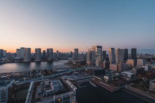 夕暮れの東京湾岸エリアの写真素材 [FYI04297346]