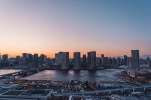 夕暮れの東京湾岸エリアの写真素材 [FYI04297347]