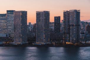 夕暮れの東京湾岸エリアの写真素材 [FYI04297348]