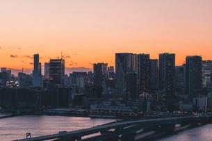 夕暮れの東京湾岸エリアの写真素材 [FYI04297355]