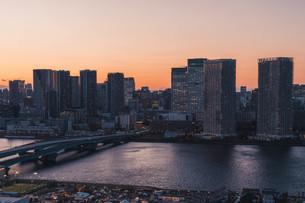 夕暮れの東京湾岸エリアの写真素材 [FYI04297369]