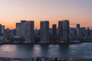 夕暮れの東京湾岸エリアの写真素材 [FYI04297373]