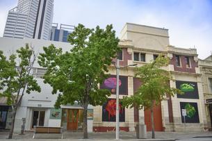 オーストラリア・パースシティの外壁に絵画のアートをあしらった建物の写真素材 [FYI04297872]