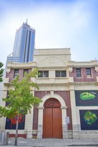 オーストラリア・パースシティの外壁に絵画のアートをあしらった建物の写真素材 [FYI04297874]