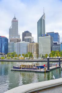 オーストラリア・パースシティのエリザベス・キーの近くのスワンリバーに停泊している小舟の写真素材 [FYI04297881]