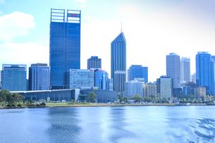 オーストラリア・パースシティの近代的な建物が並ぶエリザベス・キーの光景の写真素材 [FYI04297889]