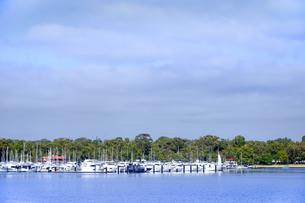 オーストラリア・西オーストラリア州のインド洋沿岸に並ぶ沢山の船と木々に囲まれた建物の光景の写真素材 [FYI04297897]