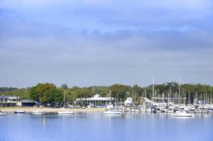 オーストラリア・西オーストラリア州のインド洋沿岸に並ぶ沢山の船と木々に囲まれた建物の光景の写真素材 [FYI04297901]