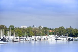オーストラリア・西オーストラリア州のインド洋沿岸に並ぶ沢山の船と木々に囲まれた建物の光景の写真素材 [FYI04297902]