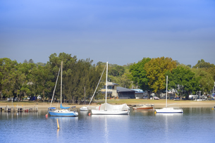 オーストラリア・西オーストラリア州のインド洋沿岸に並ぶ船と木々に囲まれた建物の光景の写真素材 [FYI04297903]