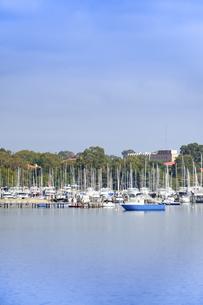 オーストラリア・西オーストラリア州のインド洋沿岸に並ぶ沢山の船と木々に囲まれた建物の光景の写真素材 [FYI04297907]