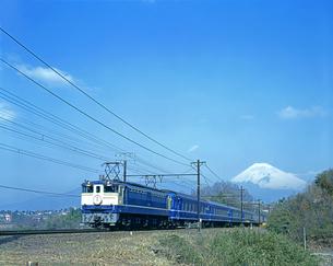 上り寝台特急「さくら」と富士山の写真素材 [FYI04297945]