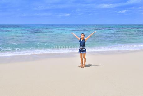 ビーチで笑う女の子(沖縄 宮古島 長間浜)の写真素材 [FYI04298022]