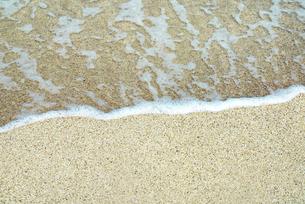 水辺 海 白い波 白い浜辺 泡 ハワイ ビーチ  beachの写真素材 [FYI04298177]