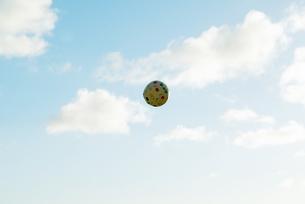 ビーチボール 海 白い雲 空 ハワイ 浮かんでる Beach ball  blueskyの写真素材 [FYI04298182]