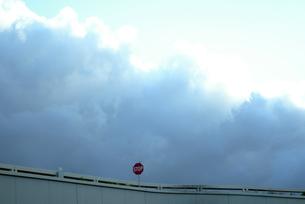 stop 止まれ 雲 雨雲 空 水平 の写真素材 [FYI04298189]