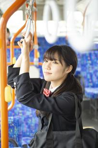バスの中でつり革につかまる女子学生の写真素材 [FYI04298223]