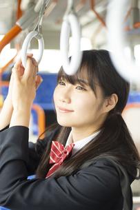 バスの中でつり革につかまる女子学生の写真素材 [FYI04298224]