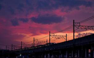 夕闇に染まる高架橋と電車の写真素材 [FYI04298225]