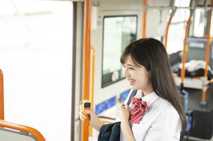 バスの入り口に立つ女子学生の写真素材 [FYI04298226]