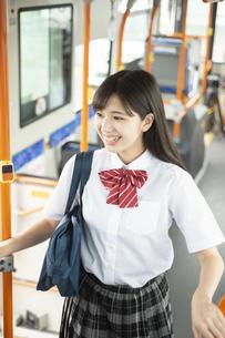 バスに乗る女子学生の写真素材 [FYI04298228]