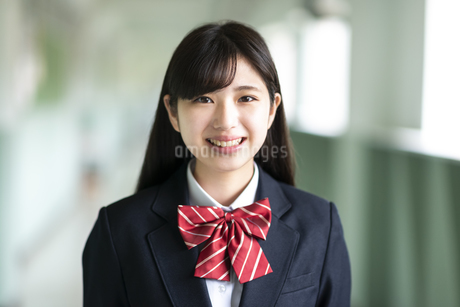 笑顔の女子学生の写真素材 [FYI04298258]